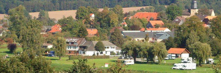 Aussicht auf das Bikerhotel und den Wohnmobilstellplatz im Weserbergland