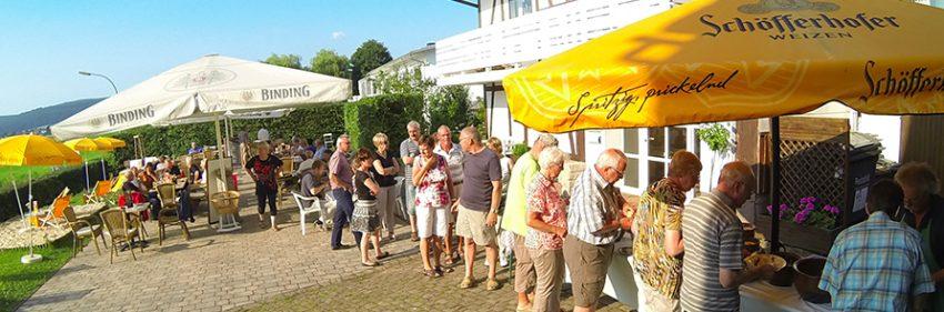 Biergarten mit Ausblick auf die Weser unf Wildschweinbuffet